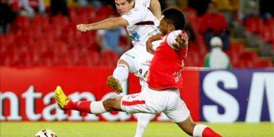 El jugador del Deportes Tolima Rogeiro Leichtweis (i) disputa un balón con Carlos Valdes de Santa Fe, durante su partido por Copa Libertadores de América jugado en el estadio Nemesio Camacho El Campín en Bogotá (Colombia). EFE