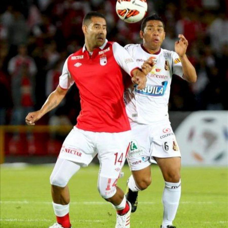 El jugador del Deportes Tolima Bréiner Belalcázar (d) disputa un balón con John Valencia (i) de Santa Fe, durante su partido por Copa Libertadores de América jugado en el estadio Nemesio Camacho El Campín en Bogotá (Colombia). EFE