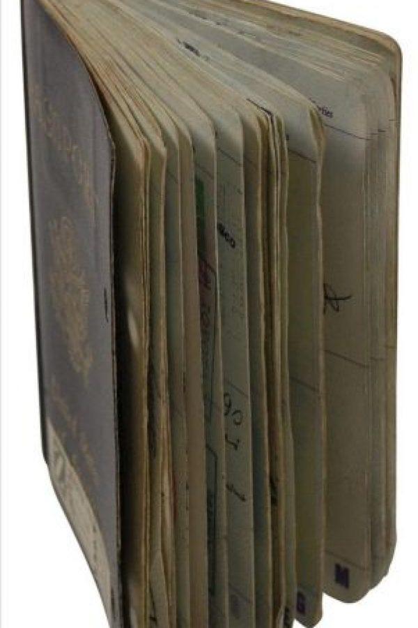 Fotografía cedida por la casa de subastas RR Auction en donde aparece as dos primeras páginas del pasaporte de Joey Ramone, el cantante de la legendaria banda Los Ramones, que se vendió en unos 18.000 dólares , durante una subasta de esa casa en Nueva York (EE.UU.). EFE