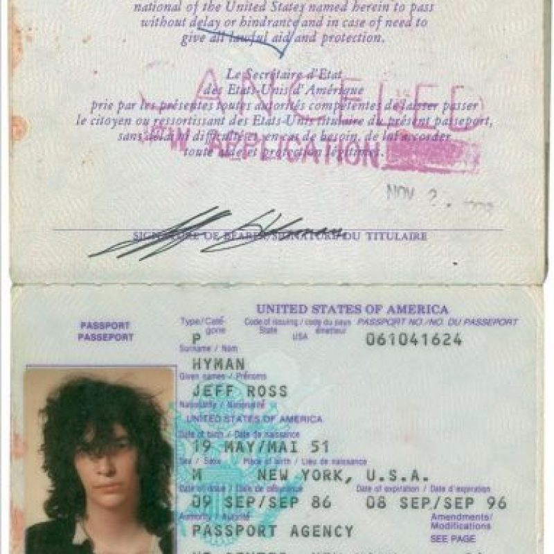Fotografía cedida por la casa de subastas RR Auction, en donde aparecen las dos primeras páginas del pasaporte de Joey Ramone, el cantante de la legendaria banda Los Ramones, que se vendió en unos 18.000 dólares, durante una subasta de esa casa en Nueva York (EE.UU.). EFE