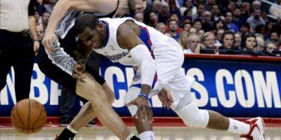 El jugador de los Clippers Chris Paul (dcha) lucha por el balón con el argentino Manu Ginobili (izda) de los Spurs durante el partido que enfrentó a ambos equipos en el Staples Center en Los Ángeles (Estados Unidos) ayer, jueves 21 de febrero de 2013. EFE