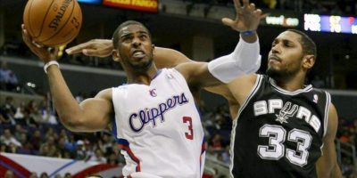 El jugador de los Clippers Chris Paul (izda) lucha por el balón con Boris Diaw (izda) de los Spurs durante el partido que enfrentó a ambos equipos en el Staples Center en Los Ángeles (Estados Unidos) ayer, jueves 21 de febrero de 2013. EFE