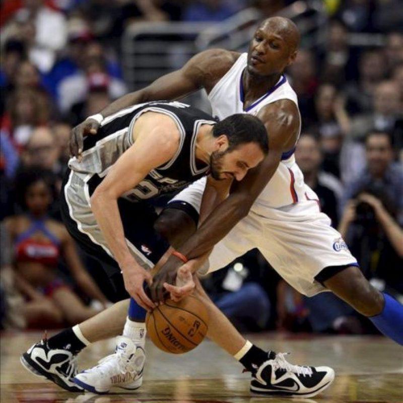 El jugador de los Clippers Lamar Odom (dcha) lucha por el balón con el argentino Manu Ginobili (izda) de los Spurs durante el partido que enfrentó a ambos equipos en el Staples Center en Los Ángeles (Estados Unidos) ayer, jueves 21 de febrero de 2013. EFE