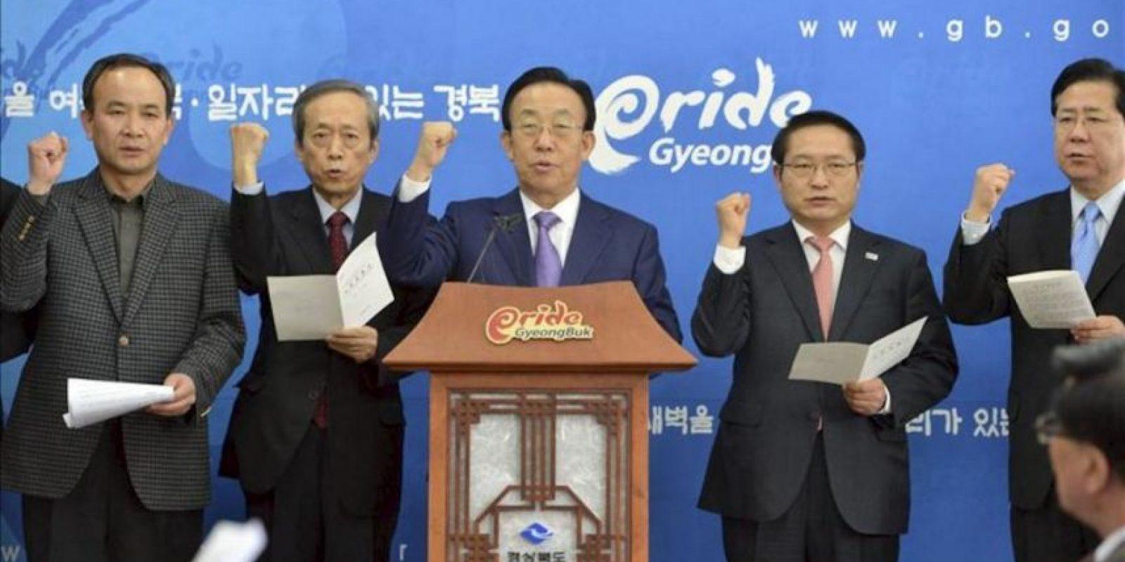 El gobernador de la provincia surcoreana de Gyeongsang del Norte, Kim Kwan-yong (c), ofrece un discurso en el que critica la celebración por parte de Japón del Día de Takeshima, en el complejo del gobierno provincial de Daegu, al este de Corea del Sur, hoy viernes 22 de febrero de 2013. EFE