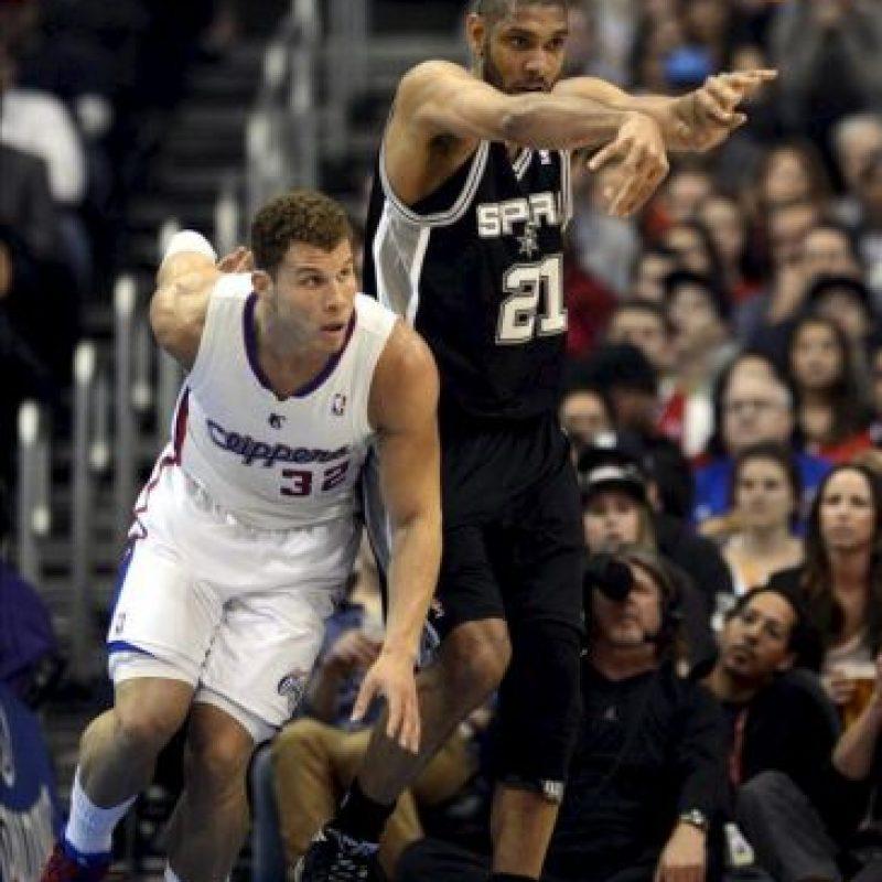 El jugador de los Clippers Blake Griffin (izda) lucha por el balón con Tim Duncan (dcha) de los Spurs durante el partido que enfrentó a ambos equipos en el Staples Center en Los Ángeles (Estados Unidos) ayer, jueves 21 de febrero de 2013. EFE