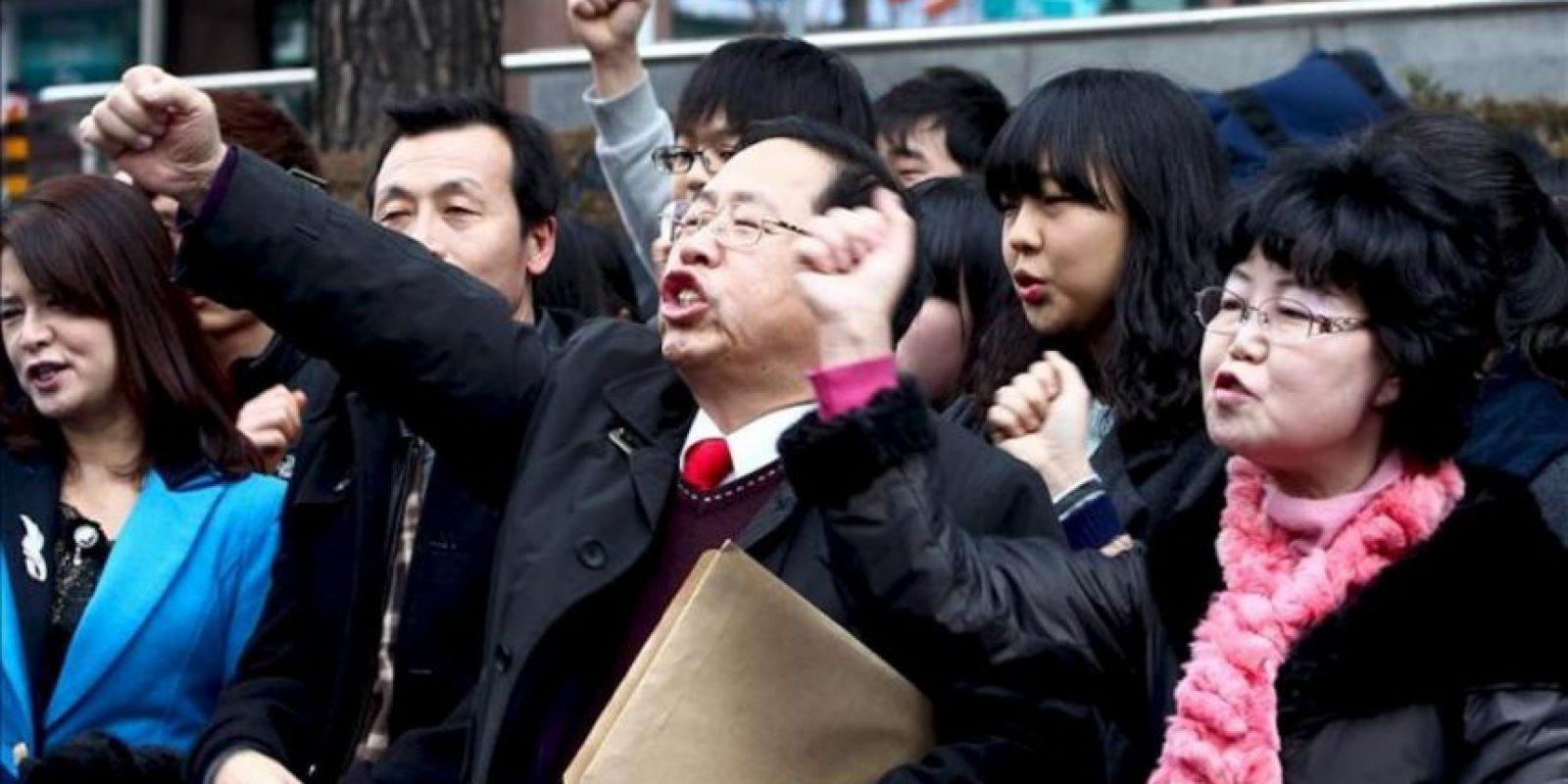 """Activistas conservadores surcoreanos gritan consignas durante una protesta contra la celebración por parte de Japón del """"Día de Takeshima"""", frente a la embajada nipona en Seúl, Corea del Sur, hoy viernes 22 de febrero de 2013. EFE"""