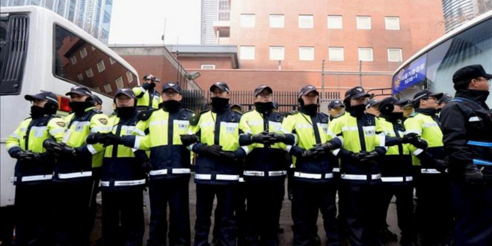 """Policías surcoreanos hacen guardia frente a la entrada de la embajada japonesa en Seúl durante una protesta contra la celebración por parte de Japón del """"Día de Takeshima"""" en Seúl, Corea del Sur, hoy viernes 22 de febrero de 2013. EFE"""