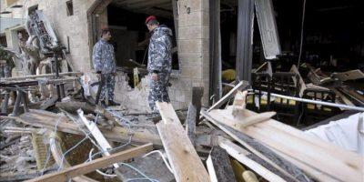 Policías libaneses inspeccionan el lugar donde hubo una explosión en el Líbano. EFE/Archivo