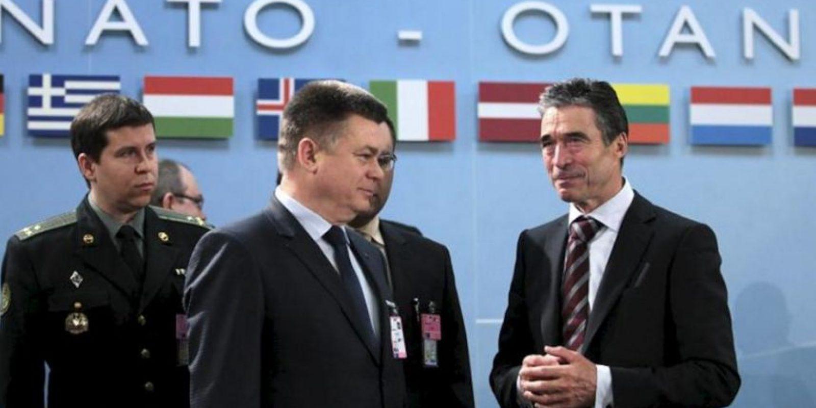 El ministro ucraniano de Defensa, Pavlo Lebedev (c), charla con el secretario general de la OTAN, el danés Anders Fogh Rasmussen (der), antes del encuentro de los ministros de Defensa de la Alianza Atlántica con Ucrania, en la sede de la organización en Bruselas, Bélgica, hoy viernes 22 de febrero de 2013. EFE