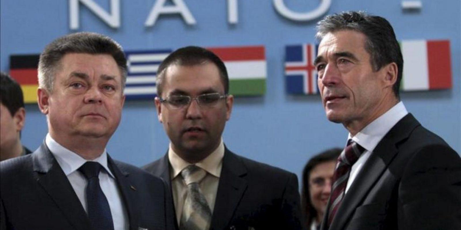 El ministro ucraniano de Defensa, Pavlo Lebedev (izq), charla con el secretario general de la OTAN, el danés Anders Fogh Rasmussen (der), antes del encuentro de los ministros de Defensa de la Alianza Atlántica con Ucrania, en la sede de la organización en Bruselas, Bélgica, hoy viernes 22 de febrero de 2013. EFE