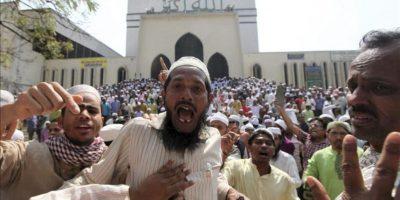Activistas islámicos gritan consignas durante unos disturbios con la policía en los arededores de la mezquita nacional de Baitul Mukarram en Dacca (Bangladesh) hoy, viernes 22 de febrero de 2013. EFE
