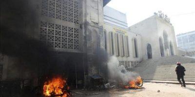 Dos motocicletas arden durante unos disturbios con activistas islámicos en la mezquita nacional de Baitul Mukarram en Dacca (Bangladesh) hoy, viernes 22 de febrero de 2013. EFE