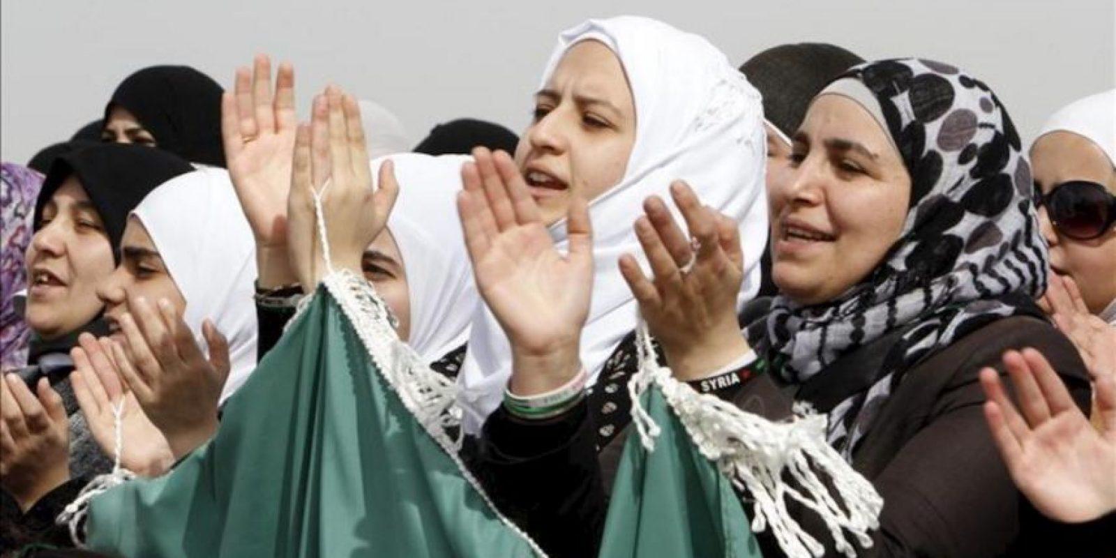 Varia mujeres sirias residentes en Jordania participan en una protesta contra el presidente sirio, Bachar Al Asad, enfrente de la embajada siria de Ammán (Jordania). EFE