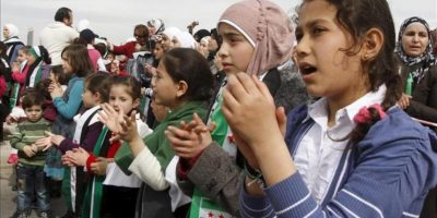 Varios niños sirios participan en una protesta contra el presidente sirio, Bachar Al Asad, enfrente de la embajada siria de Ammán (Jordania). EFE