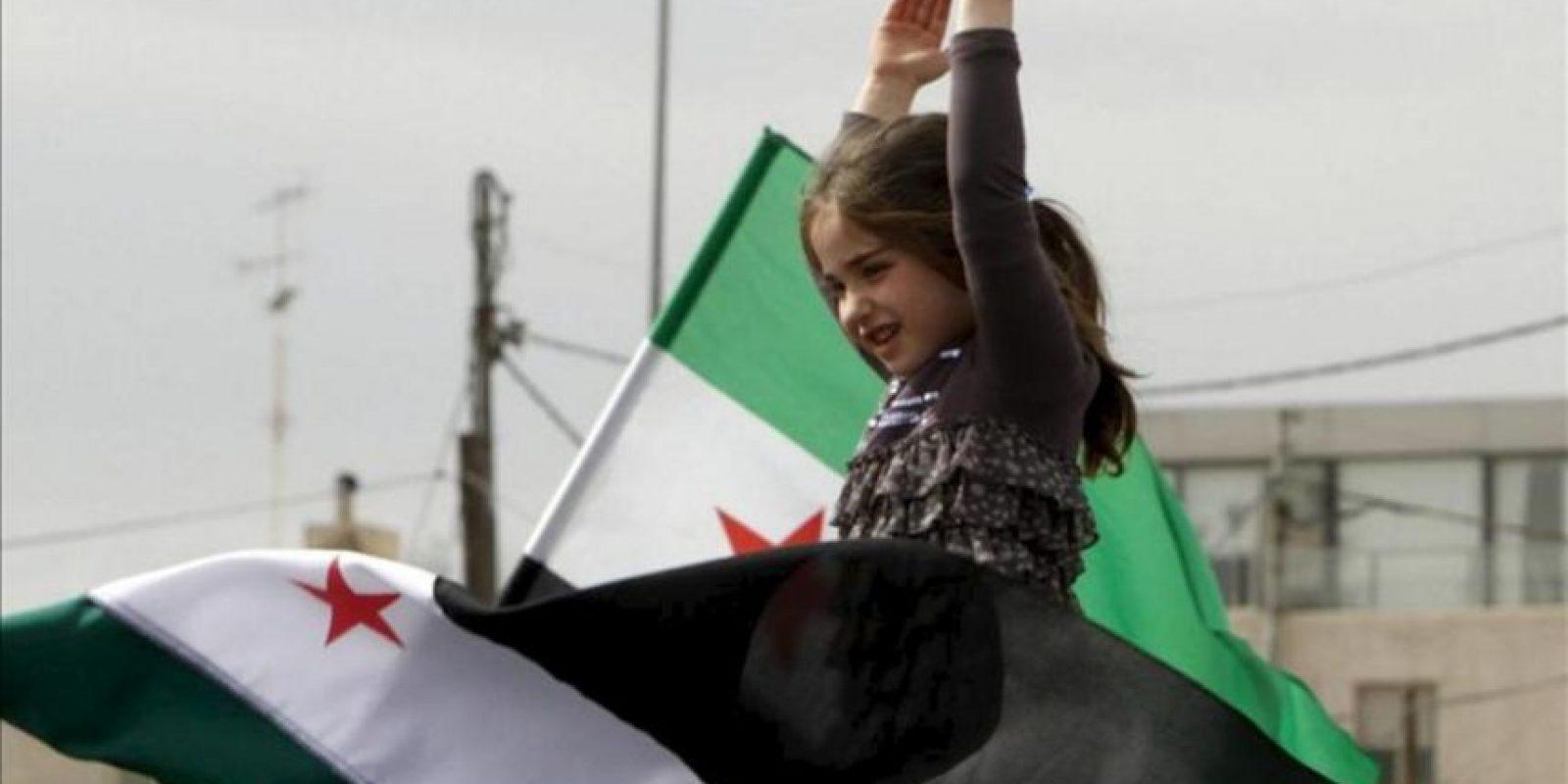 Una niña participa en una protesta contra el presidente sirio, Bachar Al Asad, enfrente de la embajada siria de Ammán (Jordania). EFE