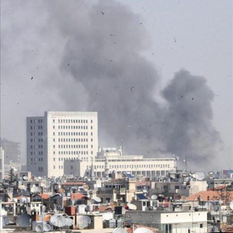 Una columna de humo se eleva sobre los edificios tras registrarse el jueves una gran explosión en el centro de Damasco (Siria). EFE