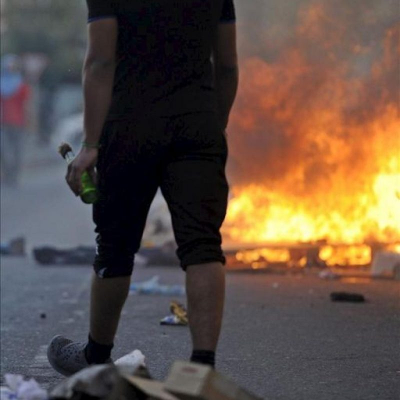 Un joven se enfrenta a la policía durante una manifestación a las afueras de Manama, Baréin hoy 22 de febrero de 2013. EFE
