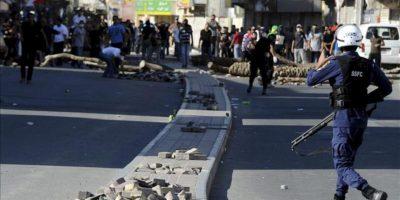 La policía se enfrenta a varios jóvenes durante una manifestación a las afueras de Manama, Baréin hoy 22 de febrero de 2013. EFE
