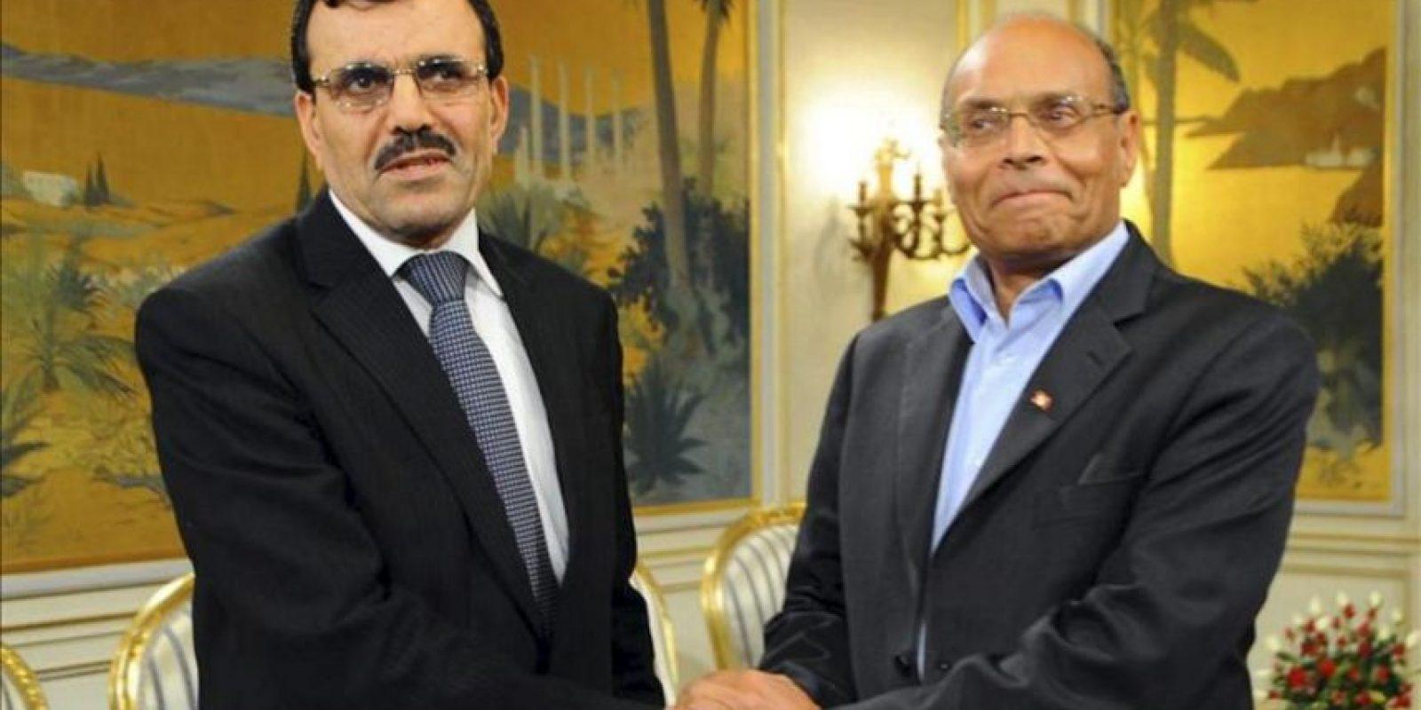 El presidente tunecino, Moncef Marzuki (d), da la mano al exministro de Interior, Ali Laridi, nuevo jefe del Ejecutivo tras la dimisión el pasado martes de Hamadi Yabali, en Túnez, Túnez hoy, viernes 22 de febrero de 2013. EFE