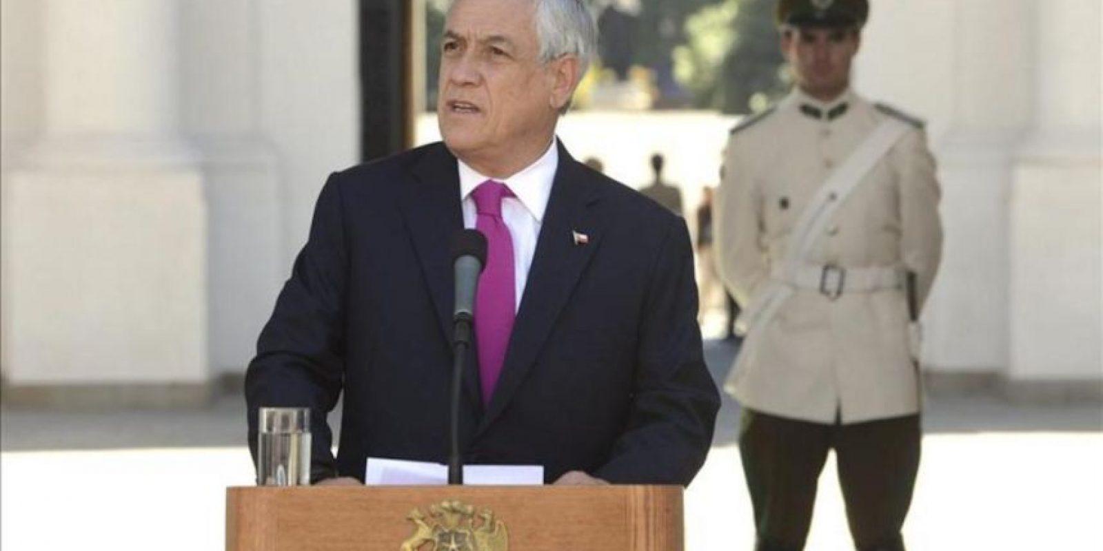 Fotografía cedida por la Presidencia de Chile donde aparece el presidente Sebastián Piñera mientras ofrece una declaración de prensa este 22 de febrero, en el Palacio de la Moneda en Santiago de Chile (Chile). EFE