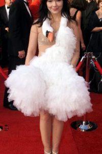 Este vestido aparecerá para siempre en las listas de los peores vestidos de todos los tiempos. Björk es demasiado conceptual, incluso para vestirse. Pero llevar un émulo de cisne muerto sobre su cuerpo en los Óscar de 2001, causó bastante revuelo. Incluso tiene artículo propio en Wikipedia. Foto:GoodToKnow