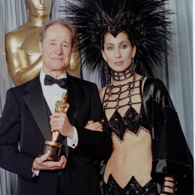 Cher se disfrazó de garota brasileña gótica con este atuendo que usó para los Óscar de 1986. Foto:Oscars.org