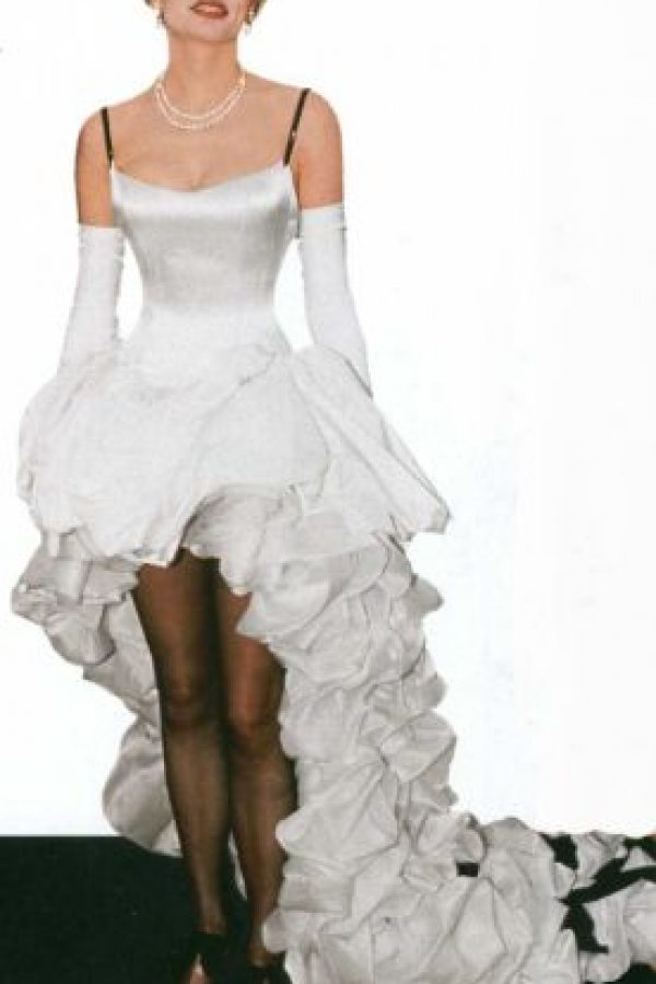 Geena Davis tomó los últimos furiosos rezagos del vestido de merengue tan famoso de la década de los años ochenta, y los usó en este vestido para el evento de 1992. Foto:ModernStars