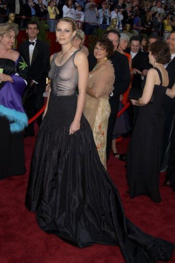 Gwyneth Paltrow siempre se ha caracterizado por su estilo sobrio, pero para 2002, no salió bien librada. Todo el desaliño grunge en la parte de arriba, mas la falda desvaída, sin forma, la hacían lucir totalmente ajada. Foto:AFP