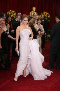 Jennifer López lució este Armani, y su pedazo sobrante de tela, en los Óscar de 2010. El vestido hubiera funcionado sin que ese sobrante le hubiese dado el efecto óptico de pastel. Foto:AFP