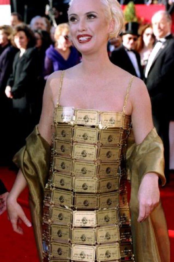 Lizzy Gardiner y su vestido hecho de tarjetas American Express es otra infaltable en las listas de peores vestidas de todos los tiempos. Foto:SinemaKulubu