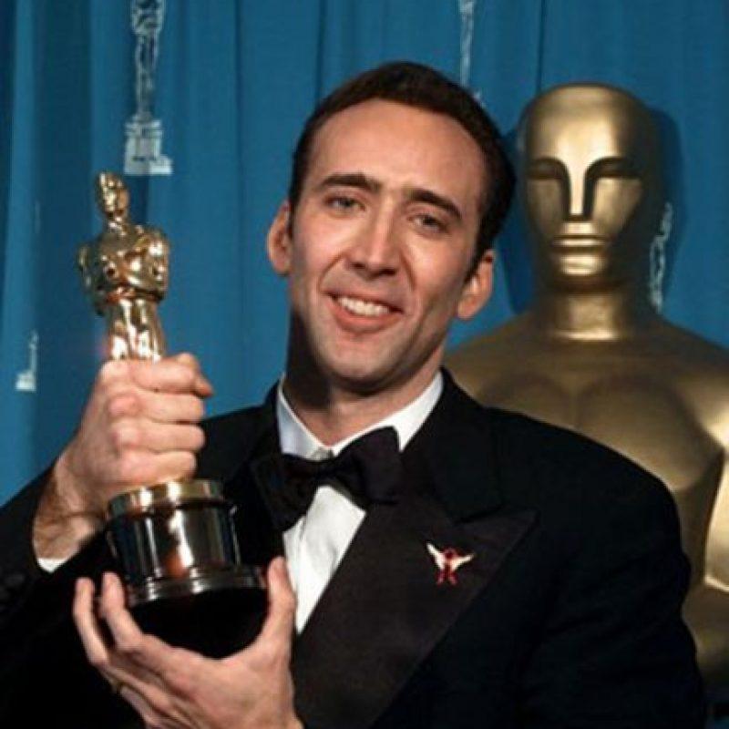 No hay duda de que Nicolas Cage es un gran actor, y eso lo probó al ganar el Óscar en 1995 como Mejor Actor por su papel en 'Leaving Las Vegas'. Pero de ahí en adelante, se ha destacado por participar en producciones mediocres. Los más jóvenes lo recuerdan por su particular cabellera rubia en 'El Aprendiz de Brujo'. Foto:AFP
