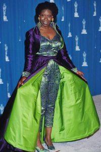 Colores neón, satín, doble faz, bordados. Solo le faltaron lentejuelas y plumas a este vestido de Whoopi Goldberg en 1993. Nadie recreó el concepto tropical de una manera más sobrecargada, chillante y rudimentaria. Foto:The Sun