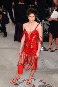 Selma Blair se peleó con una madeja roja, y con su cabello para llegar de este modo a los Óscar de 2002 Foto:FashionistasGuide