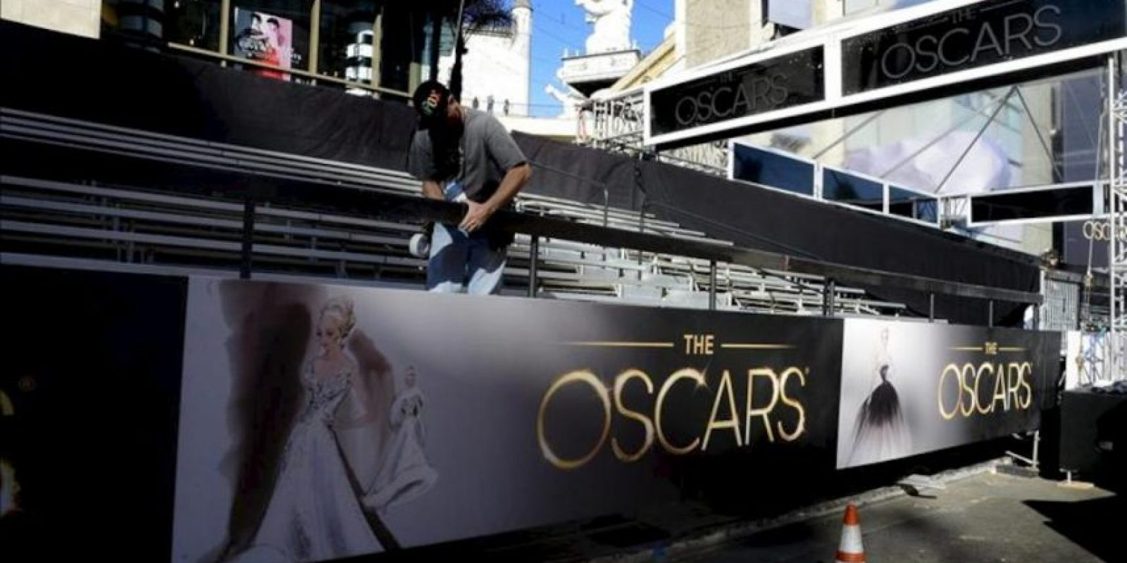 Un operario durante una jornada de preparación para la 85 edición de los Óscar en el teatro Dolby de Hollywood, California. EFE