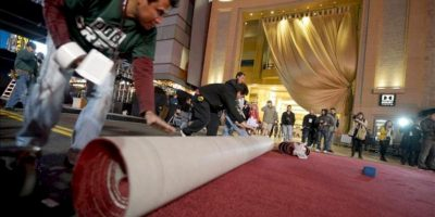 Unos trabajadores colocan la alfombra roja frente al teatro Dolby de Hollywood en California donde se celebrará la 85 edición de los Óscar. EFE