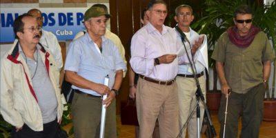 """El miembro del equipo negociador de la guerrilla de las FARC en los diálogos de paz, Ricardo Téllez, alias """"Rodrigo Granda"""" (c), acompañado por Seuxis Paucias Hernández Solarte (d), alias """"Jesús Santrich"""" (d), y Jesús Emilio Carvajalino, alias """"Andrés París"""" (i), lee un documento a su llegada al Centro de Convenciones de La Habana. EFE"""