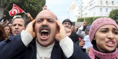 Manifestantes tunecinos gritan consignas durante una manifestación hoy para presionar a las autoridades a garantizar que los responsables del asesinato de Bel Aid sean rápidamente identificados. EFE