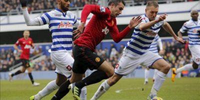 Clint Hill, del Queens Park Rangers (d), obersva el balón que conduce el delantero del Manchester United Robin van Persie, durante el partido de la Premier que se ha jugado en el Loftus Road de Londres, Reino Unido. EFE