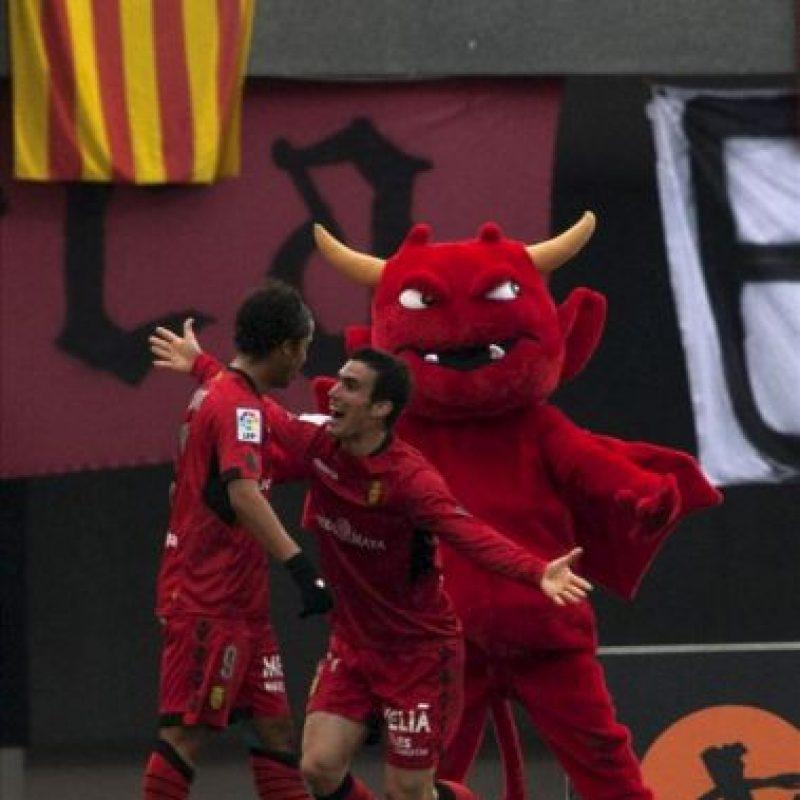 El delantero mexicano del Mallorca, Giovani Dos Santos (i) celebra con su compañero, Alejandro Alfaro el gol marcado ante el Getafe, el primero del equipo, durante el partido correspondiente a la vigésimo quinta jornada de Liga que disputaron en el estadio Iberostar de Palma. EFE
