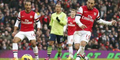 El centrocampista Santi Cazorla (c) marca uno de los goles que ha logrado contra el Aston Villa en el partido de la Premier jugado en el Emirates de Londres. EFE