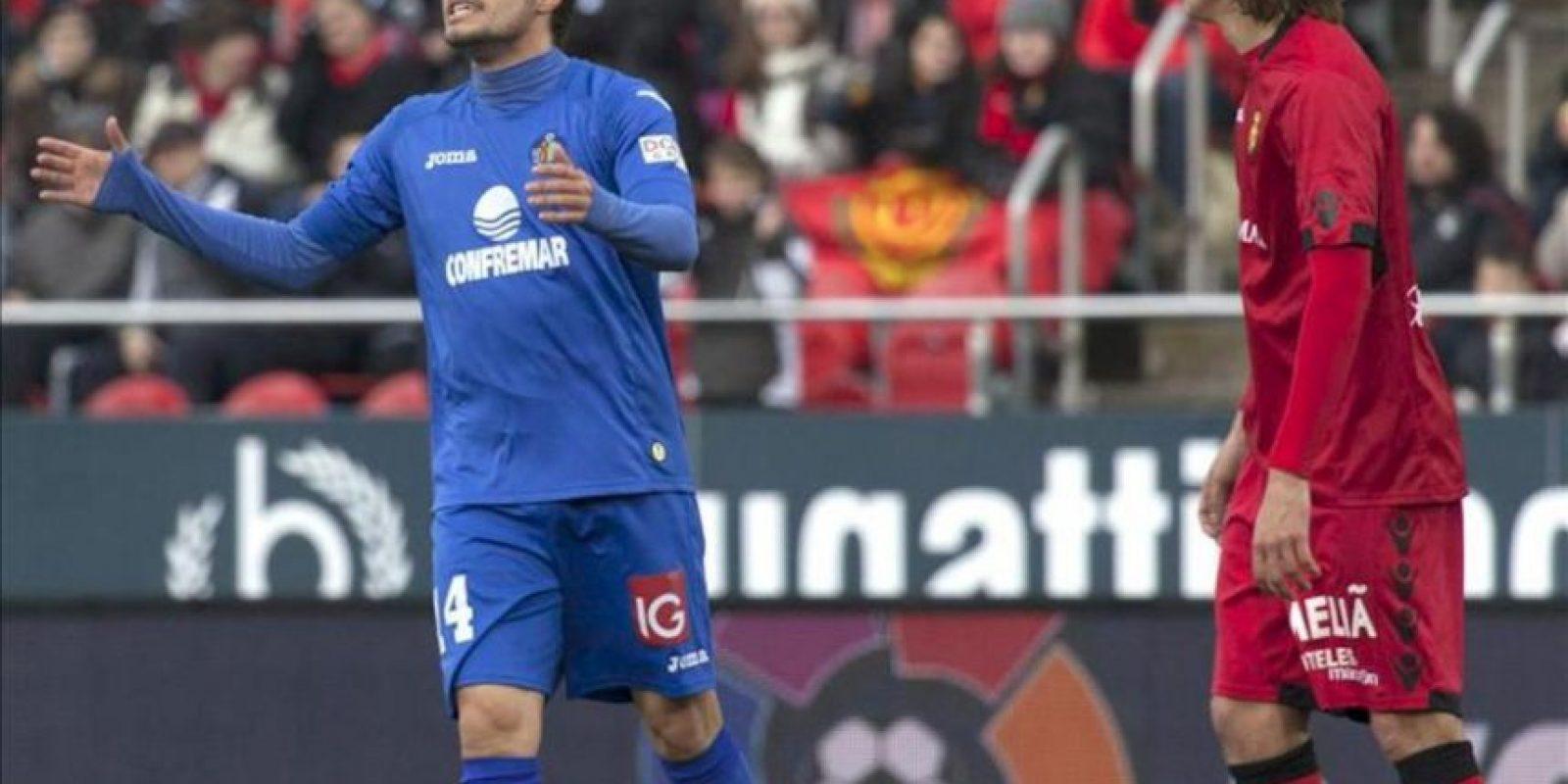 El centrocampista del Getafe Pedro León (i) se lamenta de una acción fallida ante el RCD Mallorca durante el partido de la vigésimo quinta jornada de Liga de Primera División, disputado en el estadio Iberostar de Palma de Mallorca. EFE