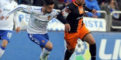 El defensa del Valencia Víctor Ruiz (d) conduce el balón perseguido por el defensa del Real Zaragoza Álvaro, durante el partido de la vigésimo quinta jornada de Liga de Primera División disputado en el estadio de La Romareda. EFE