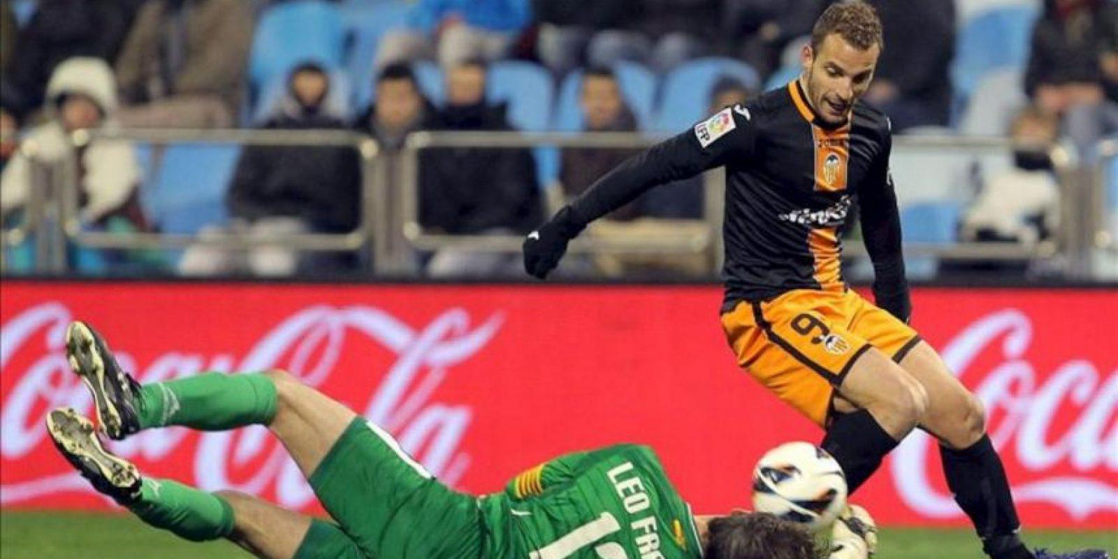 El delantero del Valencia Roberto Soldado (d) lucha un balón con el portero argentino del Real Zaragoza Leo Franco (i), durante el partido de la vigésimo quinta jornada de Liga de Primera División disputado en el estadio de La Romareda. EFE