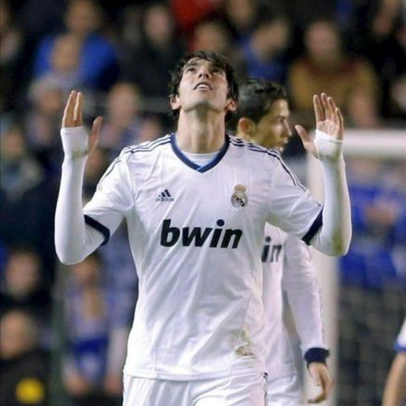 """El delantero brasileño del Real Madrid Ricardo Izecson """"Kaká"""" celebra el gol marcado al Deportivo de La Coruña durante el partido de la vigésimo quinta jornada de Liga de Primera División disputado esta noche en el estadio de Riazor. EFE"""