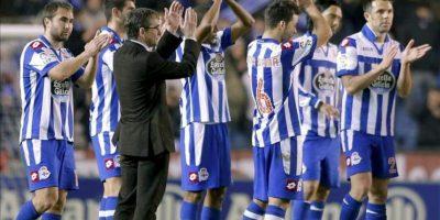 Los jugadores y el técnico del Deportivo, Fernando Vázquez (3i), saludan al público tras perder con el Real Madrid, tras el partido de Liga de Primera División, disputado en el estadio de Riazor. EFE
