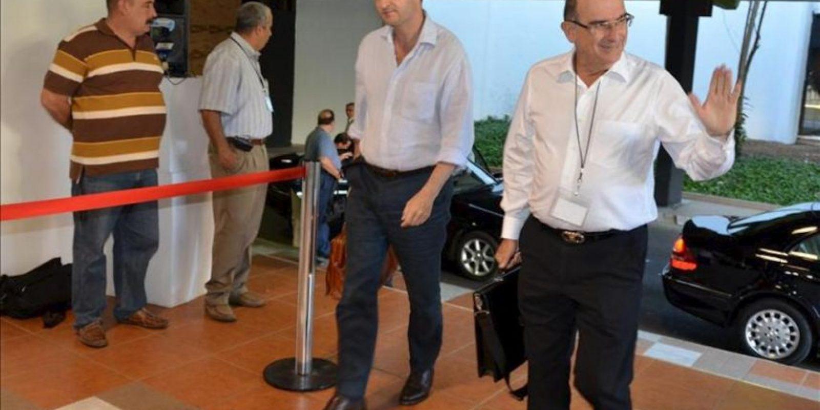 El jefe del equipo negociador del Gobierno de Colombia en los diálogos de paz con la guerrilla de las FARC, Humberto de la Calle (d), llega al Centro de Convenciones de La Habana (Cuba), donde continúan las conversaciones entre ambas partes. EFE
