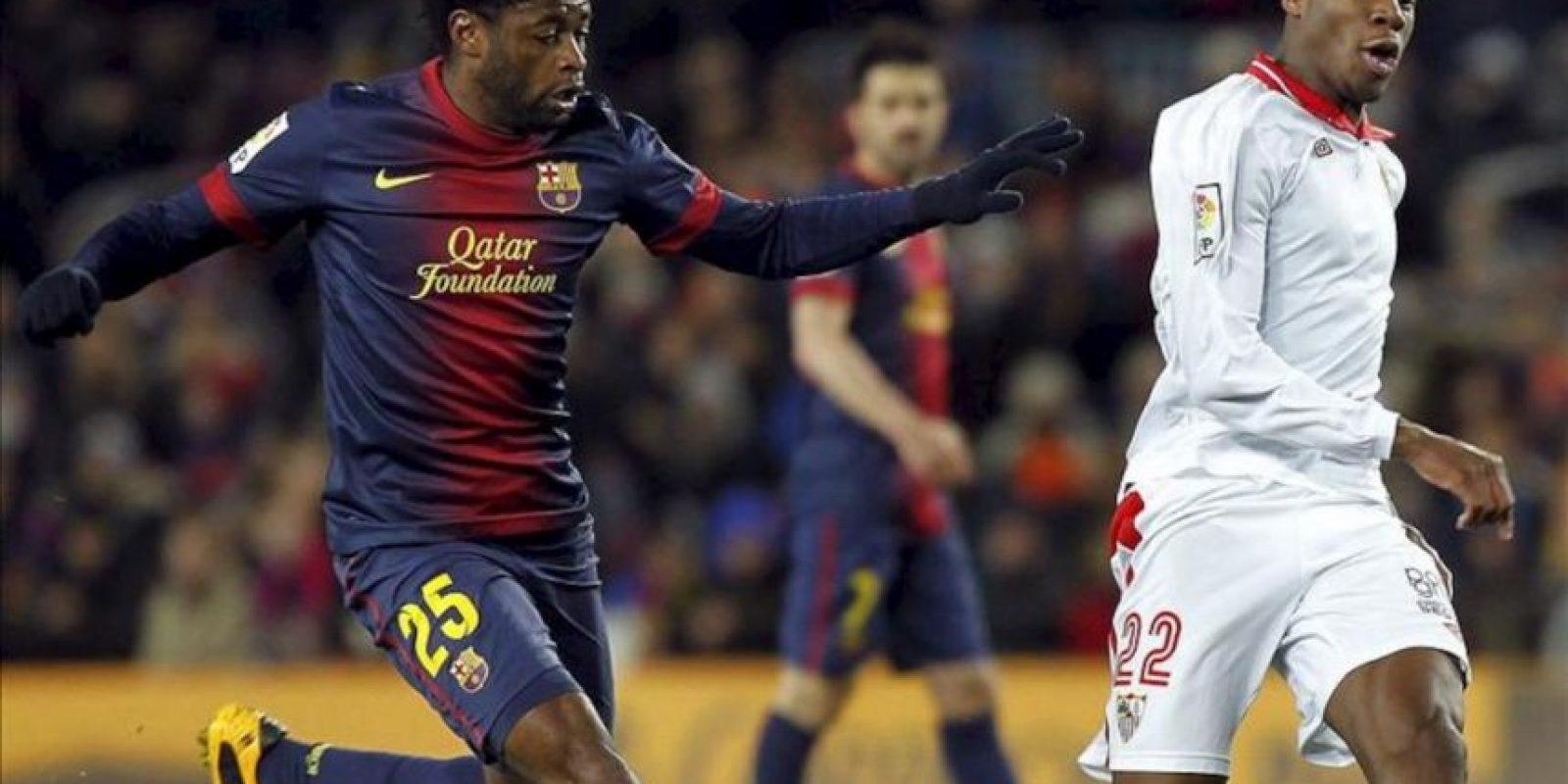 El centrocampista camerunés del FC Barcelona Alex Song (i) disputa un balón con el francés Kondogbia, del Sevilla, durante el partido de Liga disputado en el Camp Nou, en Barcelona. EFE