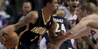 El jugador de los Pacers de Indiana George Hill (i) disputa el balón con Kyle Singler de los Pistons de Detroit, durante su partido de la NBA en el Palace of Auburn Hills en Auburn Hills, Michigan (EE. UU.). EFE