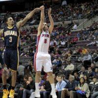 El jugador José Calderón (d) de los Pistons de Detroit lanza ante George Hill (i) de los Pacers de Indiana, durante su partido de la NBA en el Palace of Auburn Hills en Auburn Hills, Michigan (EE. UU.). EFE