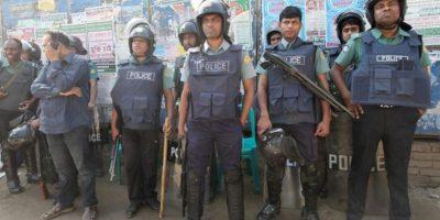 Fuerzas policiales en Dhaka, en Bangladesh frente a los manifestantes islamistas. EFE